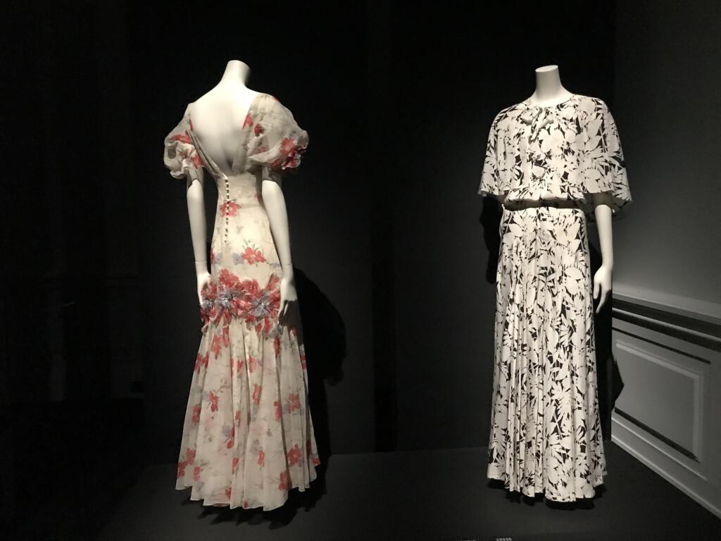 """Mẫu váy năm 1935 của Chanel, trưng bày tại triển lãm """"Grabrielle Chanel. Manifeste de Mode"""", Bảo tàng Thời trang Paris."""
