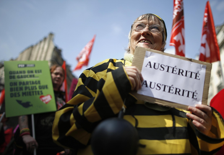 Os militantes de esquerda tomaram as ruas de Paris neste sábado em protesto contra a austeridade.