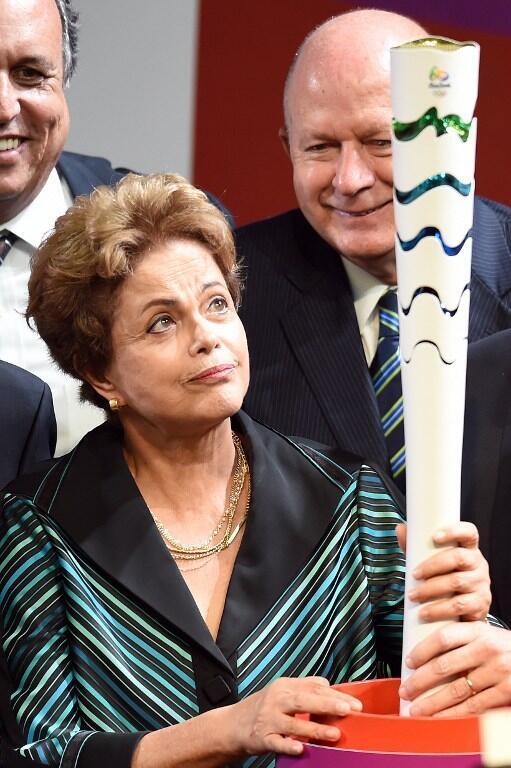 Dilma Rousseff observe la flamme olympique présentée à Brasilia, le 3 juillet 2015.