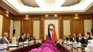 Phái đoàn của Philippines (T) và Trung Quốc trong cuộc đàm phán ngày 21/03/2018 tại Bắc Kinh.