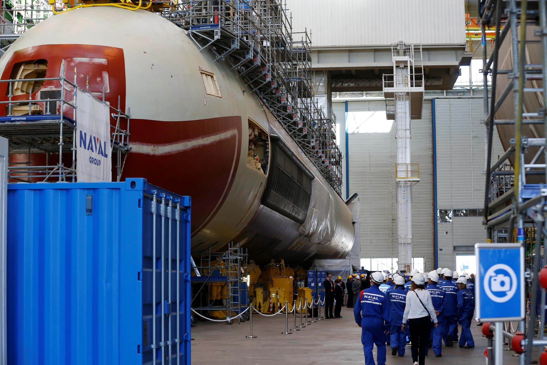 Công nhân tập hợp bên cạnh chiếc Suffren, một tàu ngầm tấn công hạt nhân lớp Barracuda, tại xưởng đóng tàu Cherbourg-Octeville (Pháp) ngày 09/07/2017, nhân một chuyến thăm của bộ trưởng Quân Lực Pháp Florence Parly và thủ tướng Úc Malcolm Turnbull.