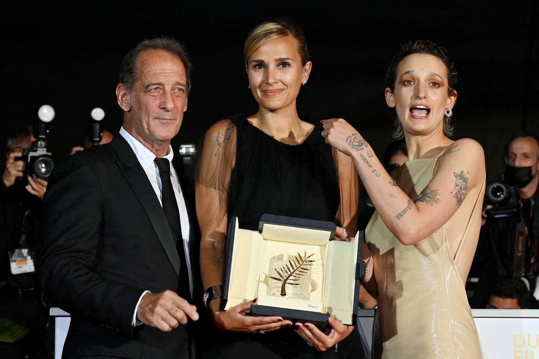 Julia Ducournau, Palme d'or pour « Titane », avec ses deux acteurs principaux, Vincent Lindon et Agathe Rousselle.  © John MACDOUGALL / AFP