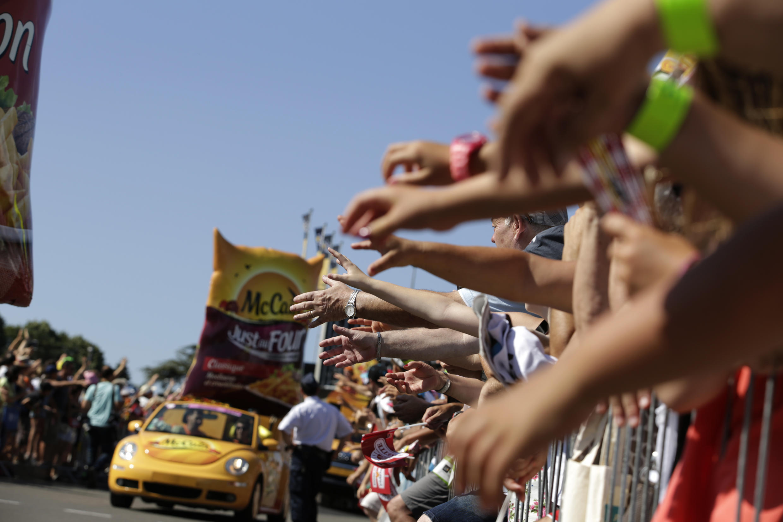 La caravane publicitaire lors de la 20e étape du Tour de France en juillet 2015.