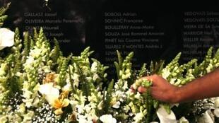 Flores são colocadas em memorial das vítimas do AF447 no cemitério Père Lachaise