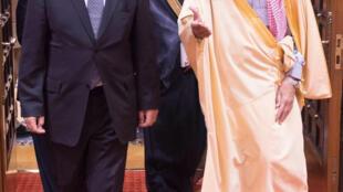 Le ministre français de la Défense Jean6Yves Le Drian (g) a été reçu à Riyad par le prince héritier Salman bin Abdel Aziz al-Saud, le 4 janvier 2015.