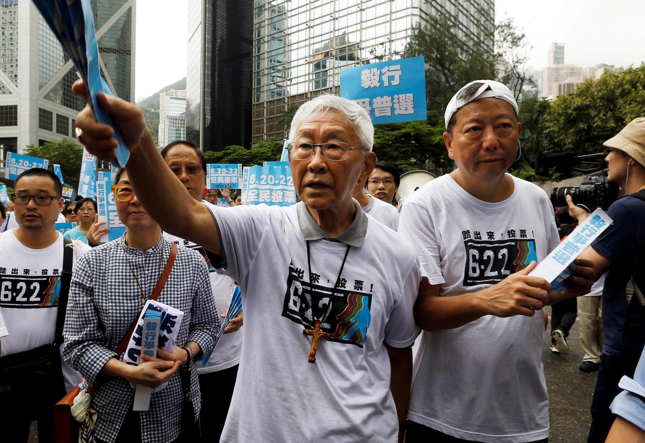 Hồng y Trần Nhật Quân - Joseph Zen cùng một số nhà tranh đấu khác trong một cuộc biểu tình đòi dân chủ cho Hồng Kông năm 2014.