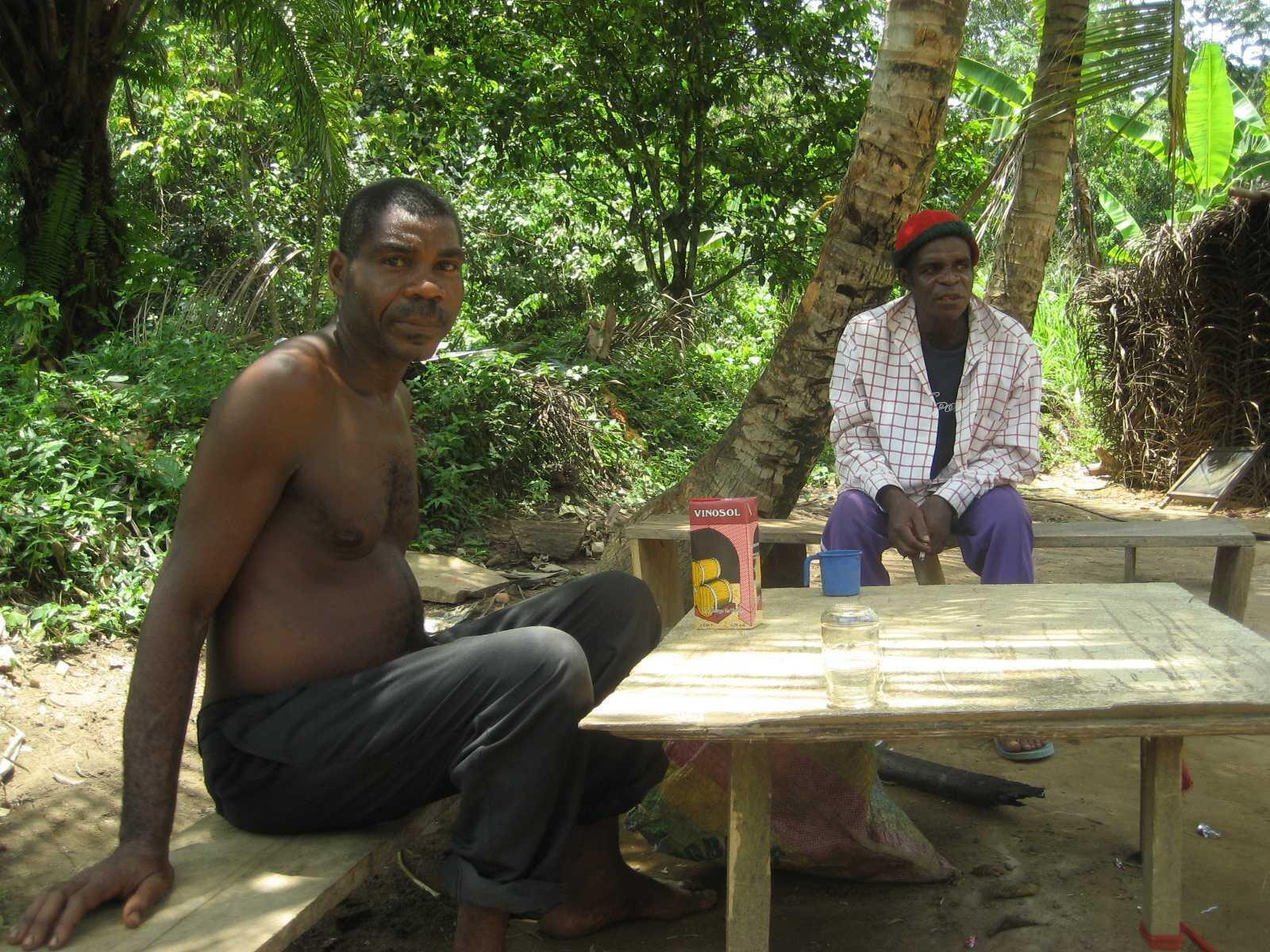 Les Pygmées Bagyeli, sédentarisés dans des campements de fortune le long d'axes routiers souffrent de voir la forêt décimée.
