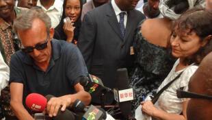 Claude Verlon (izquierda, con gafas) y Ghislaine Dupont en Kidal, Malí, julio de 2013.