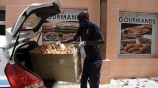 Un livreur de la start-up Paps se prépare pour une livraison de pain, le 30 avril 2020 à Dakar.