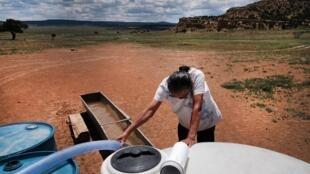 Uma mulher da tribo Navajo recebe água em sua comunidade de Thoreau (Novo México), em 6 de junho de  2019.