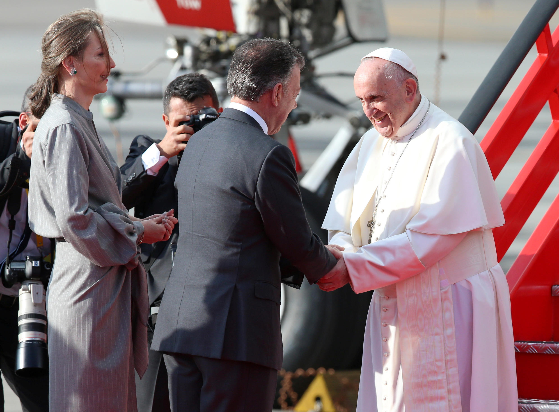 Giáo hoàng Phanxicô được tổng thống Colombia tiếp đón ngay tại chân cầu thang máy bay ở Bogota ngày 06/09/2017.