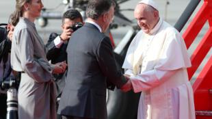 Le pape François a été accueilli à sa descente de l'avion par le président colombien Juan Manuel Santos et sa femme Maria Clemencia Rodriguez, à Bogota, le 6 septembre 2017.