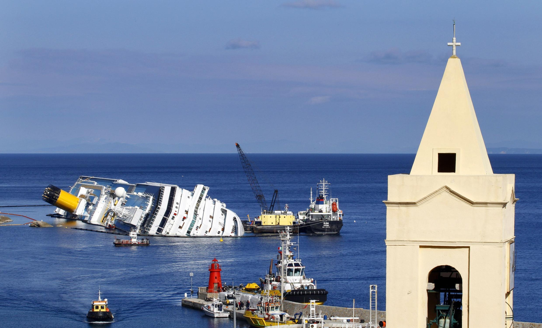 O navio Costa Concorida que afundou perto da ilha de Giglio, na Itália.
