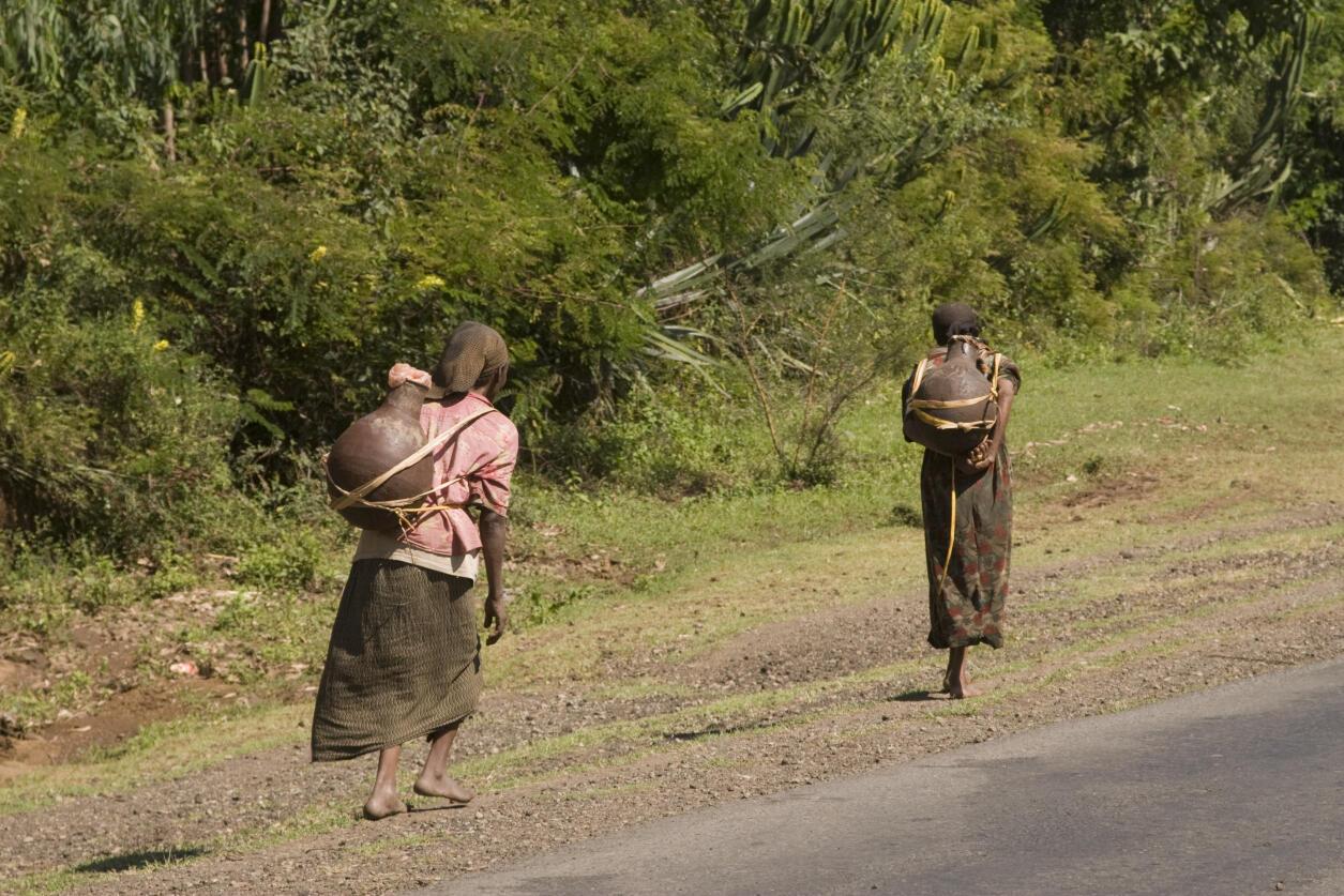 Des Ethiopiennes portant de l'eau.