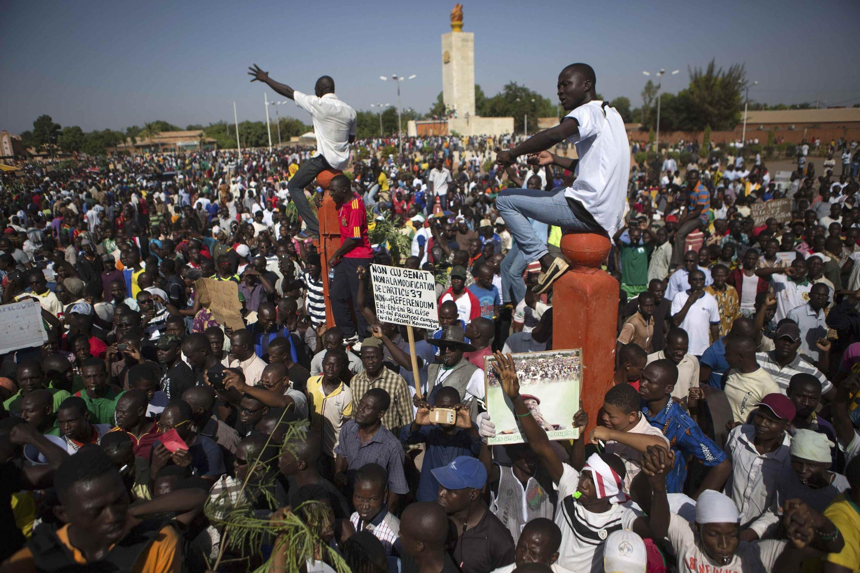 Des manifestants opposés à la modification de la Constitution, sur la place de la Nation, à Ouagadougou, le mardi 28 octobre 2014.