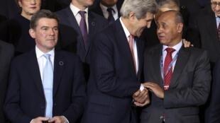 លោកប្រមុខការទូតអាមេរិក John Kerry (រូបកណ្តាល) ចាប់ដៃជាមួយសមភាគីលីប៊ី លោក Mohamed Abdel Aziz ក្នុងសន្និសីទអន្តរជាតិទីក្រុងរ៉ូម ប្រទេសអ៊ីតាលី ថ្ងៃទី៦ មីនា ឆ្នំា ២០១៤