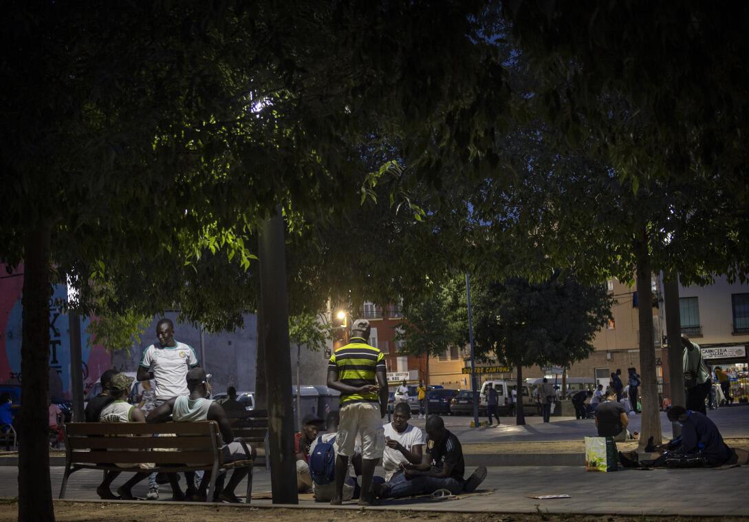 Les migrants qui recherchent un travail saisonnier pour récolter des fruits, se tiennent sur une place à Lleida, en Espagne, le jeudi 2 juillet 2020.