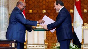 Le président égyptien Abel Fattah al-Sissi et son homologue soudanais Omar el-Béchir, au palais présidentiel au Caire, le 5 octobre 2016.