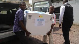 Des fonctionnaires du ministère de la Santé congolais transportent le premier lot de vaccins expérimentaux contre le virus Ebola à Kinshasa, en République démocratique du Congo, le 16 mai 2018.