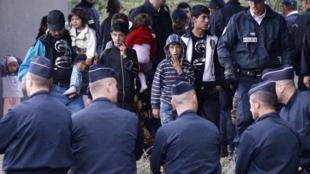 La police française évacue des familles de Roms d'un camp situé à Mons-en-Baroeul, près de Lille, le 26 août 2010.