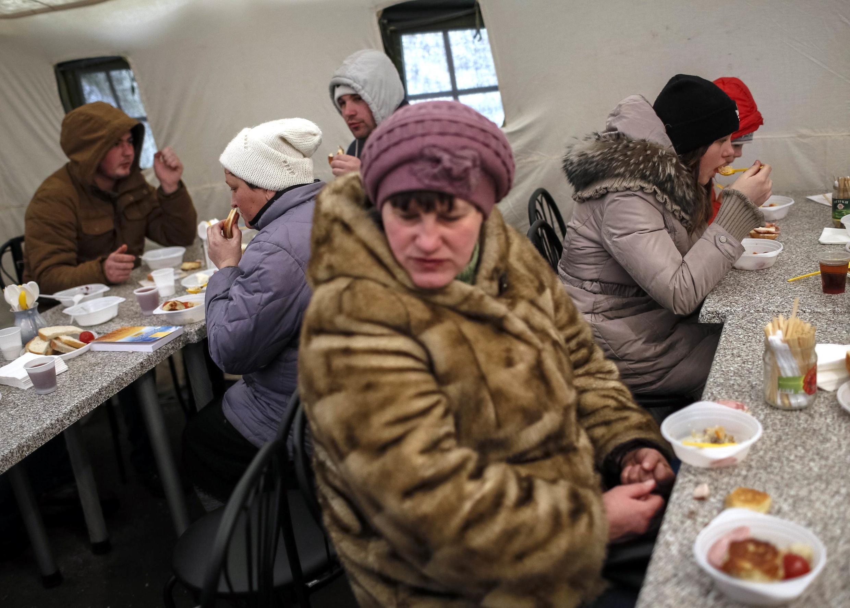 Des réfugiés de l'est de l'Ukraine à Slaviansk, en février 2015. Depuis, la situation s'éternise et l'inquiétude est toujours palpable.