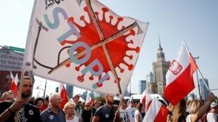 Manifestants défilant lors d'un rassemblement contre les mesures du gouvernement polonais pour endiguer la propagation du Covid-19, à Varsovie, le 12 septembre 2020.