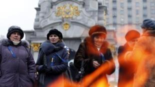 Des manifestants pro-Europe se réchauffent devant un feu, le 21 décembre à Kiev.