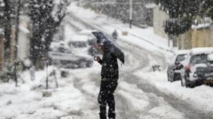 En Algérie, au moins 10 cm de neige sont tombés dans la capitale à Alger ce samedi 4 février 2012. C'est la première fois depuis huit ans.