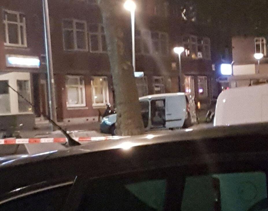 """Cảnh sát Hà Lan điều tra về một chiếc xe tải nhỏ mang biển số Tây Ban Nha và chở """"nhiều bình gaz"""" tại Rotterdam, Hà Lan."""