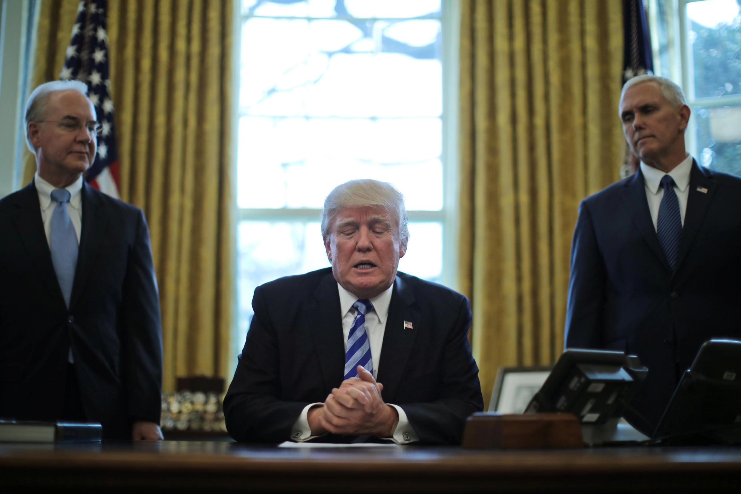 Tổng thống Trump (giữa) phát biểu tại Nhà Trắng ngày 24/03/20147 sau khi rút lại dự luật bảo hiểm y tế Obamacare.
