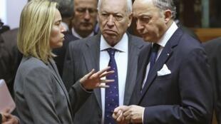 Лоран Фабиус (П) с главами Мидов Испании и Италии на экстренном совещании по Украине в Брюсселе 03/03/2014