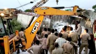 Image d'une vidéo montrant des forces de police intervenant dans un accident de camions qui a fait au moins 24 morts sur une route de l'Uttar Pradesh, en Inde, le 16 mai 2020.