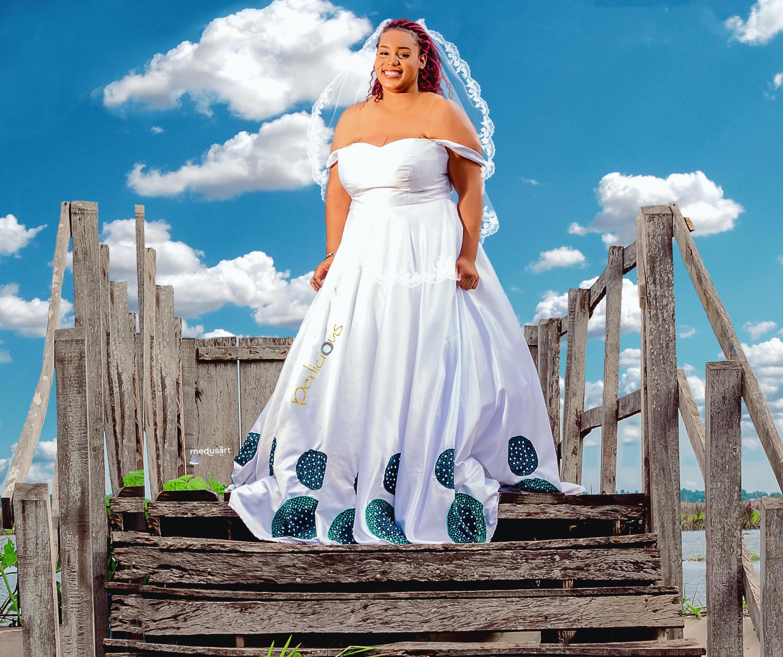 On peut trouver des robes de mariées faites en soie avec des imprimés en wax.