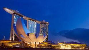 图为新加坡滨海湾金沙娱乐城晚景
