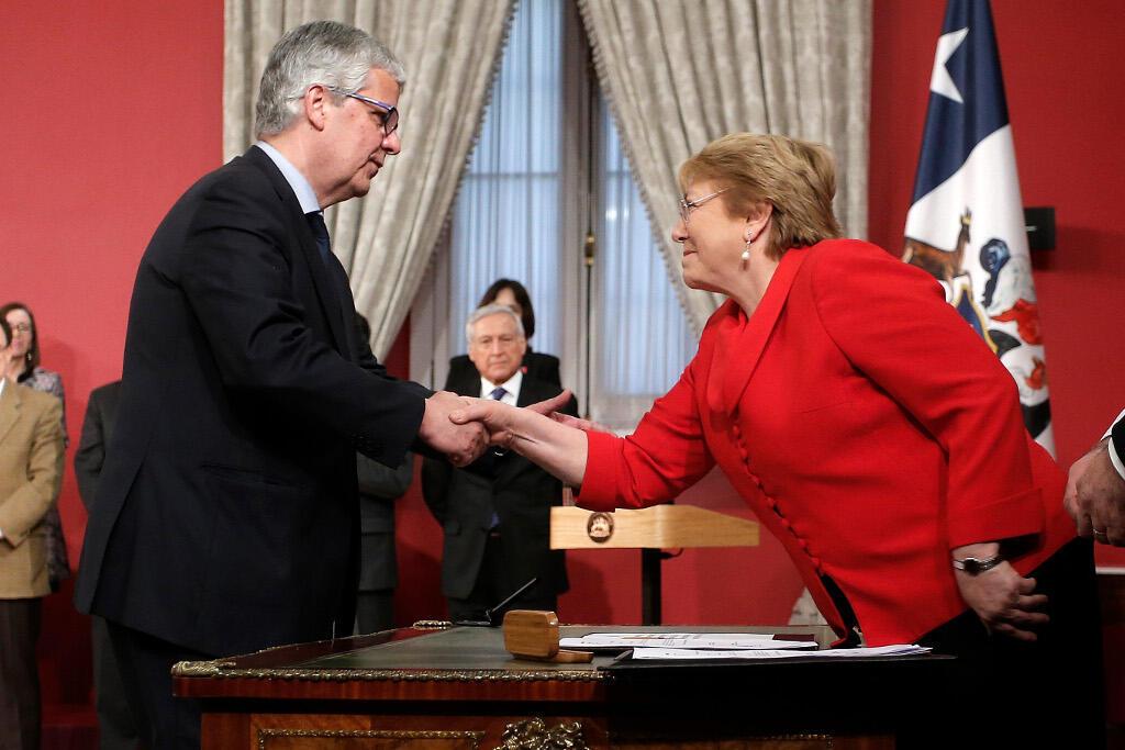 Michelle Bachelet, la présidente chilienne, accueille le nouveau ministre de l'Economie, Nicolas Eyzaguirre, le 31 août 2017.