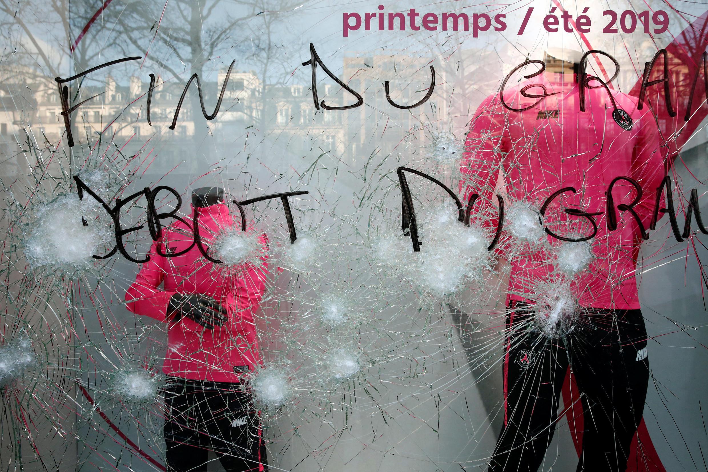 Una tienda con los vidrios rotos, est sábado 16 de marzo en los Campos Elíseos, París.