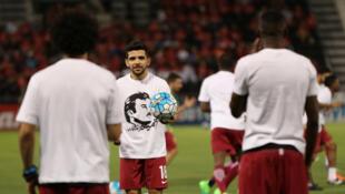 Les joueurs du Qatar portent un tee-shirt à l'effigie de l'émir du Qatar, le l'émir Cheikh Tamim ben Hamad Al Thani.