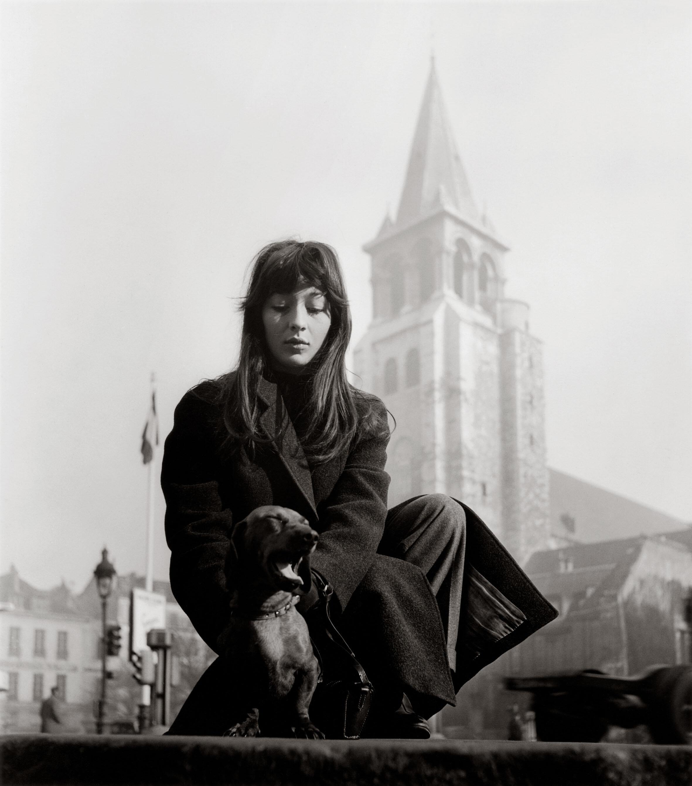 """Photographie dans l'exposition \\\""""Doisneau et la musique\\\"""" à La Villette : Juliette Gréco, Saint-Germain-des-Prés, 1947."""