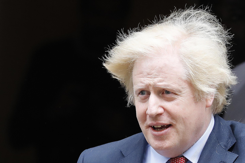Boris Johnson sale de su residencia oficial del número 10 de Downing Street para someterse a la sesión semanal de control en el Parlamento británico, el 10 de junio de 2020 en Londres