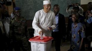 Lionel Zinsou dépose son bulletin de l'urne, lors de l'élection présidentielle de 2016.