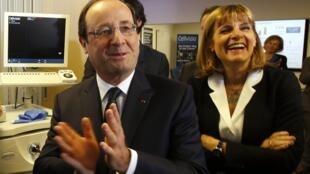 """O presidente francês François Hollande e Anne Lauvergeon, presidente da comissão """"Inovação 2030"""", durante lançamento na empresa Mauna Kea, em Paris, nesta segunda-feira, 2 de dezembro de 2013."""