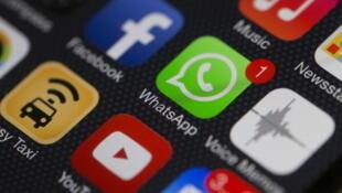 Facebook-WhatsApp: le géant bleu des réseaux sociaux possède désormais le géant vert de la messagerie instantanée.