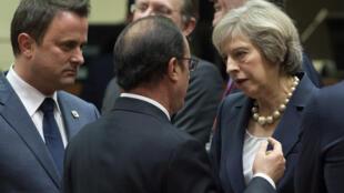 Presidente francês François Hollande à conversa com a primeira ministra inglesa Theresa May na cimeira de Bruxelas de 21 de outubro de 2016