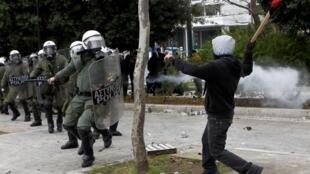 Affrontements entre la police et des manifestants à Athènes, le 10 février 2012.