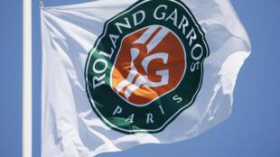 La bandera de Roland Garros ondea ya en sobre las piestas parisinas.