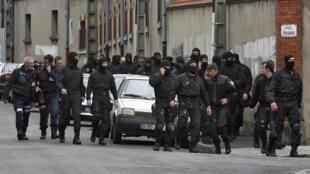Policiais do Raid, a tropa de elite francesa, após ação que culminou com a morte do assassino de Toulouse, nesta quinta-feira.