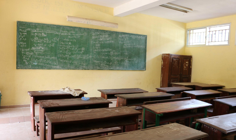 Une salle de classe vide dans un lycée de Conakry en Guinée.