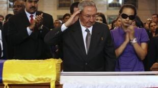 Nicolás Maduro (esq.), então vice-presidente da Venezuela, e o prasidente cubano Raúl Castro (centro) diante do caixão de Hugo Chávez, em Caracas, no dia 7 março de 2013.