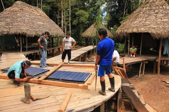 Hiệp hội Fundación Pachamama lắp đặt những tấm pin mặt trời đầu tiên cho cộng đồng Achuar, 8/2012.