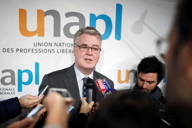 Le haut-commissaire aux retraites, Jean-Paul Delevoye, s'entretient avec des journalistes alors que la France fait face à une deuxième journée de grève contre les plans de réforme des retraites du gouvernement, à Paris, en France, le 6 décembre 2019.